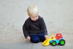 Παιχνίδι μικρών παιδιών με το παιχνίδι αυτοκινήτων Στοκ Εικόνες