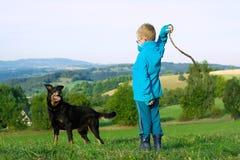 Παιχνίδι μικρών παιδιών με το σκυλί Στοκ Εικόνες