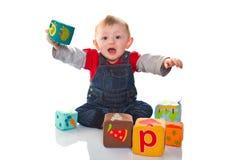 Παιχνίδι μικρών παιδιών με το χρωματισμένο μαλακό κύβο Στοκ φωτογραφία με δικαίωμα ελεύθερης χρήσης