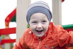 Παιχνίδι μικρών παιδιών στην παιδική χαρά στο πάρκο φθινοπώρου Στοκ Εικόνες