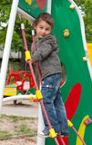 Παιχνίδι μικρών παιδιών στην παιδική χαρά Στοκ εικόνα με δικαίωμα ελεύθερης χρήσης