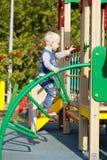 Παιχνίδι μικρών παιδιών στην παιδική χαρά Στοκ Εικόνες