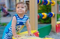 Παιχνίδι μικρών παιδιών στην παιδική χαρά Στοκ φωτογραφίες με δικαίωμα ελεύθερης χρήσης