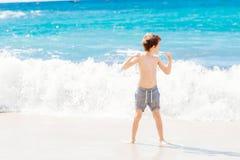 Παιχνίδι μικρών παιδιών στην παραλία Ευτυχείς θερινές διακοπές Στοκ εικόνα με δικαίωμα ελεύθερης χρήσης