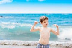 Παιχνίδι μικρών παιδιών στην παραλία Ευτυχείς θερινές διακοπές Στοκ φωτογραφία με δικαίωμα ελεύθερης χρήσης
