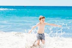Παιχνίδι μικρών παιδιών στην παραλία Ευτυχείς θερινές διακοπές Στοκ Εικόνες