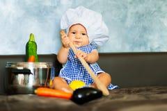Παιχνίδι μικρών παιδιών στην ύπαρξη αρχιμάγειρας Στοκ φωτογραφίες με δικαίωμα ελεύθερης χρήσης