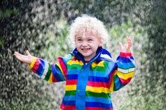 Παιχνίδι μικρών παιδιών στη βροχή Στοκ Φωτογραφία