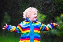 Παιχνίδι μικρών παιδιών στη βροχή Στοκ Εικόνες