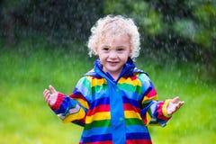 Παιχνίδι μικρών παιδιών στη βροχή Στοκ φωτογραφία με δικαίωμα ελεύθερης χρήσης