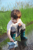 Παιχνίδι μικρών παιδιών στο νερό Στοκ φωτογραφίες με δικαίωμα ελεύθερης χρήσης