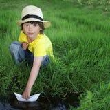 Παιχνίδι μικρών παιδιών στο νερό Στοκ εικόνα με δικαίωμα ελεύθερης χρήσης