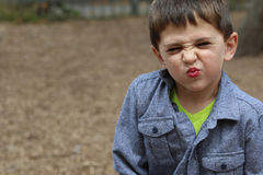 Παιχνίδι μικρών παιδιών στο πάρκο Στοκ Φωτογραφίες