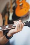 παιχνίδι μουσικών κιθάρων Στοκ Εικόνα