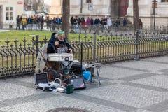 Παιχνίδι μουσικών οδών στην παλαιά πλατεία της πόλης, Πράγα Στοκ εικόνες με δικαίωμα ελεύθερης χρήσης