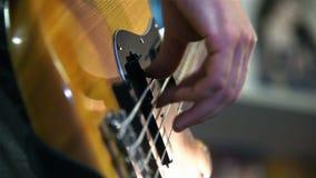 Παιχνίδι μουσικών σε μια βαθιά κιθάρα απόθεμα βίντεο