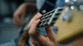Παιχνίδι μουσικών σε μια βαθιά κιθάρα φιλμ μικρού μήκους