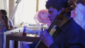 Παιχνίδι μουσικών στα contrabass στο γεγονός εορτασμού συναυλία ζήστε διακόσμηση απόθεμα βίντεο