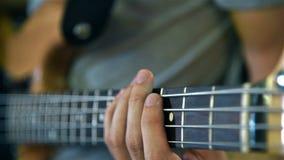 Παιχνίδι μουσικών στις βαθιές κιθάρες φιλμ μικρού μήκους