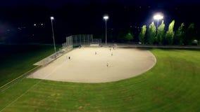 Παιχνίδι μπέιζ-μπώλ σε έναν τομέα σε ένα πάρκο το βράδυ απόθεμα βίντεο