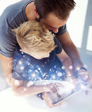 Παιχνίδι μπαμπάδων και μικρών παιδιών μαζί στην κινητή ταμπλέτα PC υπολογιστών, που στηρίζεται στο σύγχρονο σπίτι Η παιδική ηλικί Στοκ εικόνες με δικαίωμα ελεύθερης χρήσης