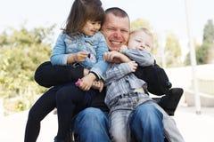 Παιχνίδι μπαμπάδων με το γιο και την κόρη Στοκ Φωτογραφίες