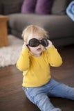 Παιχνίδι μωρών με τα ενήλικα γυαλιά ηλίου Στοκ Εικόνες