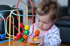 Παιχνίδι μωρών με το λαβύρινθο χαντρών Στοκ Φωτογραφίες
