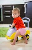 Παιχνίδι μωρών με το αυτοκίνητο στοκ φωτογραφία με δικαίωμα ελεύθερης χρήσης