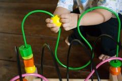 Παιχνίδι μωρών με το εκπαιδευτικό παιχνίδι στοκ εικόνες με δικαίωμα ελεύθερης χρήσης