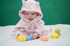 Παιχνίδι μωρών με το μπουρνούζι Στοκ φωτογραφία με δικαίωμα ελεύθερης χρήσης