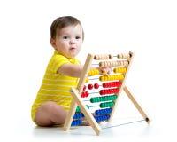 Παιχνίδι μωρών με το παιχνίδι αβάκων στοκ φωτογραφίες