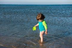 Παιχνίδι μωρών μικρών παιδιών στο ρηχό θαλάσσιο νερό Στοκ Φωτογραφίες
