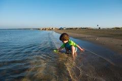 Παιχνίδι μωρών μικρών παιδιών στο ρηχό θαλάσσιο νερό Στοκ Εικόνες