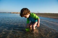 Παιχνίδι μωρών μικρών παιδιών στο ρηχό θαλάσσιο νερό Στοκ Φωτογραφία