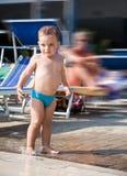 Παιχνίδι μωρών σε μια λακκούβα Στοκ εικόνες με δικαίωμα ελεύθερης χρήσης