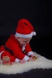 Παιχνίδι μωρών Χριστουγέννων με τις διακοσμήσεις στοκ φωτογραφία με δικαίωμα ελεύθερης χρήσης
