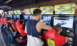 Παιχνίδι νέων και εφήβων στη διασκέδαση arcade, Μπανγκόκ, θόριο Στοκ φωτογραφία με δικαίωμα ελεύθερης χρήσης