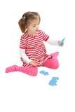 Παιχνίδι νέων κοριτσιών με τα κομμάτια γρίφων στοκ εικόνες