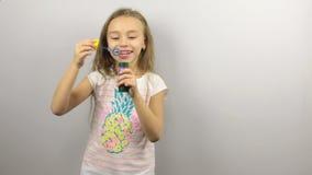 Παιχνίδι νέων κοριτσιών με τις φυσαλίδες σαπουνιών απόθεμα βίντεο