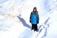 Παιχνίδι νέων κοριτσιών στο χιόνι κατά τη διάρκεια του χειμώνα Στοκ Εικόνες