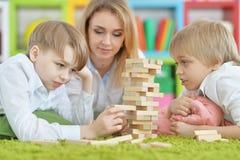 Παιχνίδι νέων μητέρων και δύο γιων Στοκ Φωτογραφία