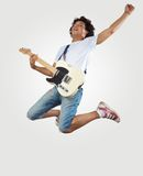 Παιχνίδι νεαρών άνδρων στην ηλεκτρο κιθάρα Στοκ εικόνα με δικαίωμα ελεύθερης χρήσης