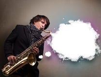 Παιχνίδι νεαρών άνδρων στο saxophone με το διάστημα αντιγράφων στο άσπρο σύννεφο Στοκ εικόνες με δικαίωμα ελεύθερης χρήσης