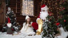 Παιχνίδι νεραιδών Santa με την τρίχα και assort τα δώρα απόθεμα βίντεο