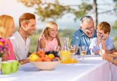 Παιχνίδι οικογενειακών παίζοντας καρτών Στοκ εικόνες με δικαίωμα ελεύθερης χρήσης
