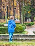 παιχνίδι πάρκων αγοριών Στοκ φωτογραφία με δικαίωμα ελεύθερης χρήσης