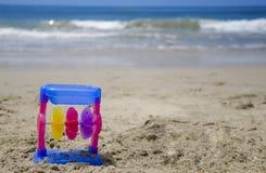 Παιχνίδι παιδιού σε μια παραλία Στοκ Εικόνα