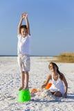 Παιχνίδι παιδιών, αγοριών, κοριτσιών, αδελφών & αδελφών στην παραλία Στοκ εικόνες με δικαίωμα ελεύθερης χρήσης