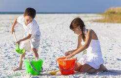 Παιχνίδι παιδιών, αγοριών, κοριτσιών, αδελφών & αδελφών στην παραλία Στοκ εικόνα με δικαίωμα ελεύθερης χρήσης